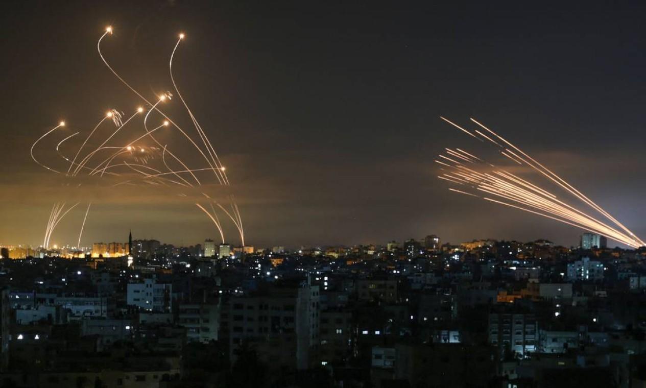 Mísseis sendo lançados do norte da Faixa de Gaza em direção a Israel em 14 de maio de 2021 Foto: ANAS BABA / AFP - 14/05/2021