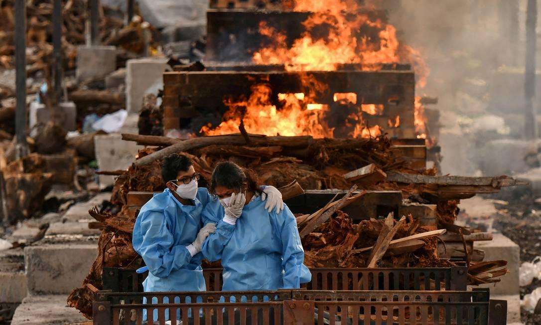 Parentes de um indiano cremado após morrer por causa da Covid-19 na Índia, em 13 de maio de 2020 Foto: SAMUEL RAJKUMAR / REUTERS