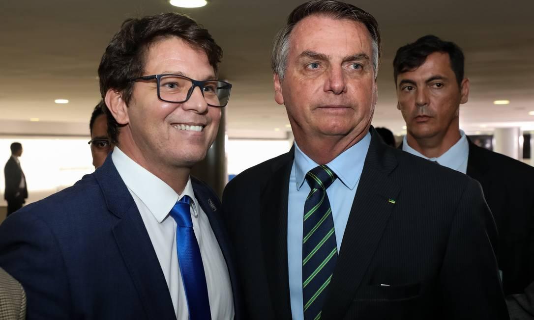 Mario Frias e Jair Bolsonaro em 2020: secretário da Cultura apoiou o veto do presidente pelas redes sociais Foto: Marcos Corrêa