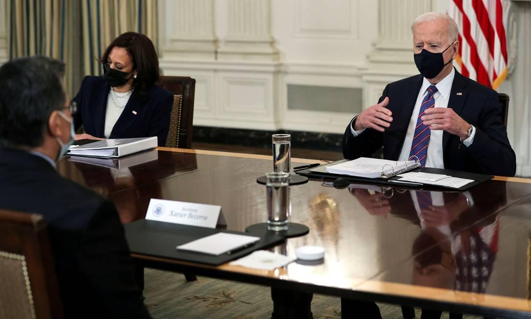 Joe Biden durante encontro com funcionários responsáveis por políticas de imigração nos EUA Foto: JONATHAN ERNST / REUTERS