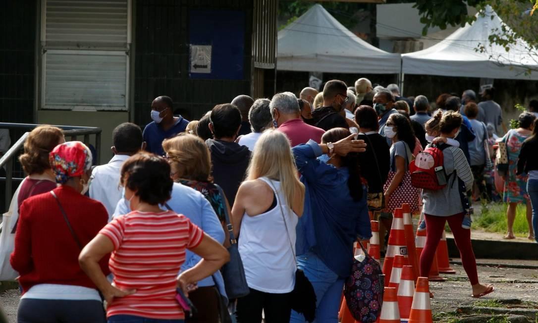 Fila em posto na Zona Oeste no primeiro dia do retorno da vacinação da segunda dose da CoronaVac Foto: Fabiano Rocha / Agencia O Globo