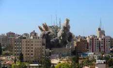Míssil israelense cai nas proximidades de um prédio onde ficam os escritórios da AP e da al-Jaazera na Faixa de Gaza Foto: Ashraf Abu Amrah / REUTERS