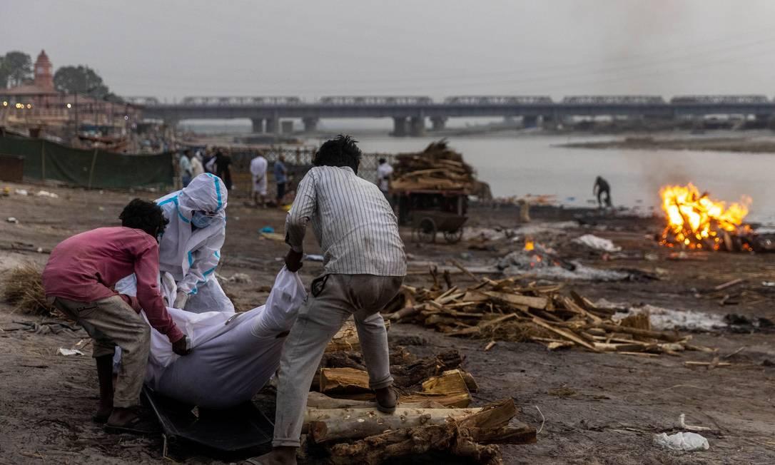 Corpos de vítimas de Covid-19 têm sido jogados no rio Ganges, aponta  relatório do governo indiano - Jornal O Globo