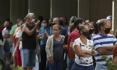Fila para tomar vacina contra Covid-19 no Centro Municipal de Saúde Jorge Saldanha Bandeira de Mello, no Rio de Janeiro Foto: FABIANO ROCHA / Agência O Globo