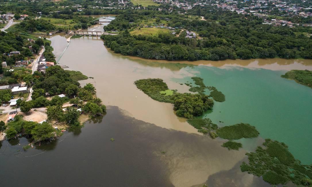 Encontro dos rios perto da estação de tratamento de água Foto: Brenno Carvalho / Agência O Globo
