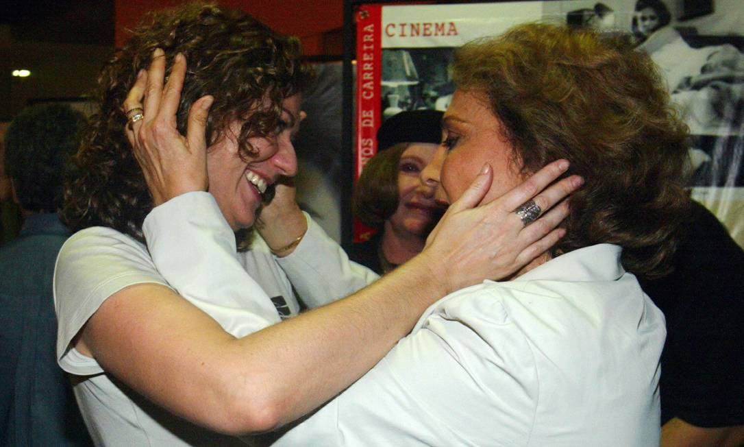 """Patricia Pilar e Eva Wilma se cumprimentam na estreia da peça """" Primeira Pessoa"""", em 2004 Foto: Marcos Ramos / Agência O Globo - 15/10/2004"""