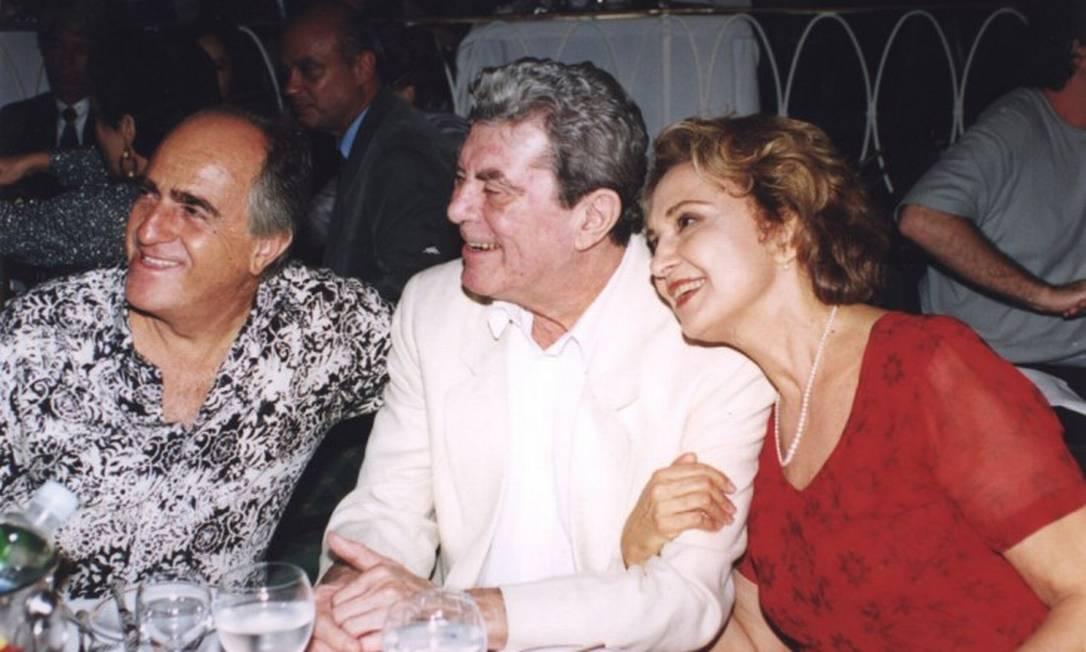 O casal Eva Wilma e Carlos Zara com o ator e amigo Ary Fontoura, em 1999 Foto: Cristina Granato / O GLOBO
