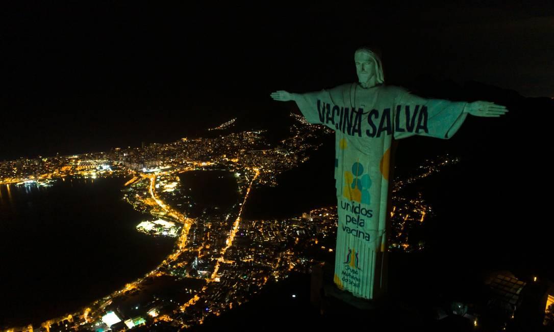 Cristo redentor com iluminação especial para a Campanha Unidos pela Vacina na noite de sábado, no Rio Foto: Rob Kattan / Divulgação