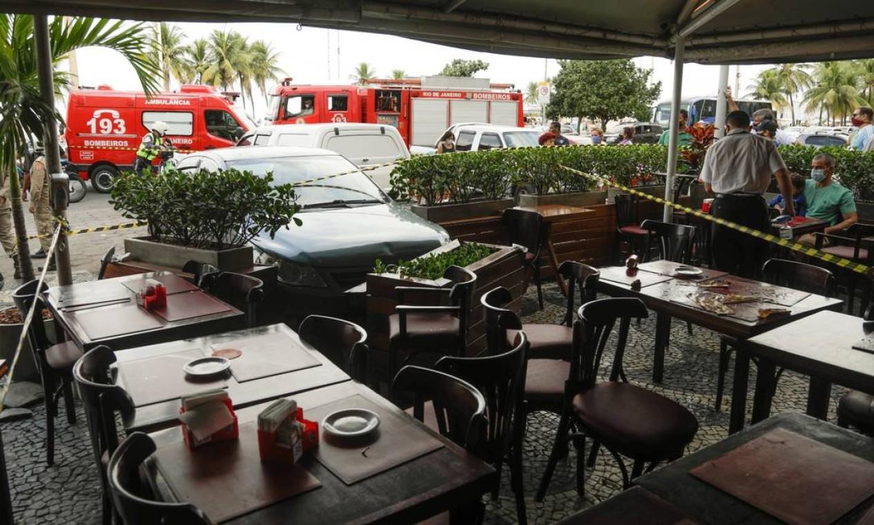 Pelo menos três pessoas foram atropeladas depois que um carro invadiu um restaurante em Copacabana, na Zona Sul do Rio, no início da tarde deste domingo Foto: Gabriel de Paiva / O Globo