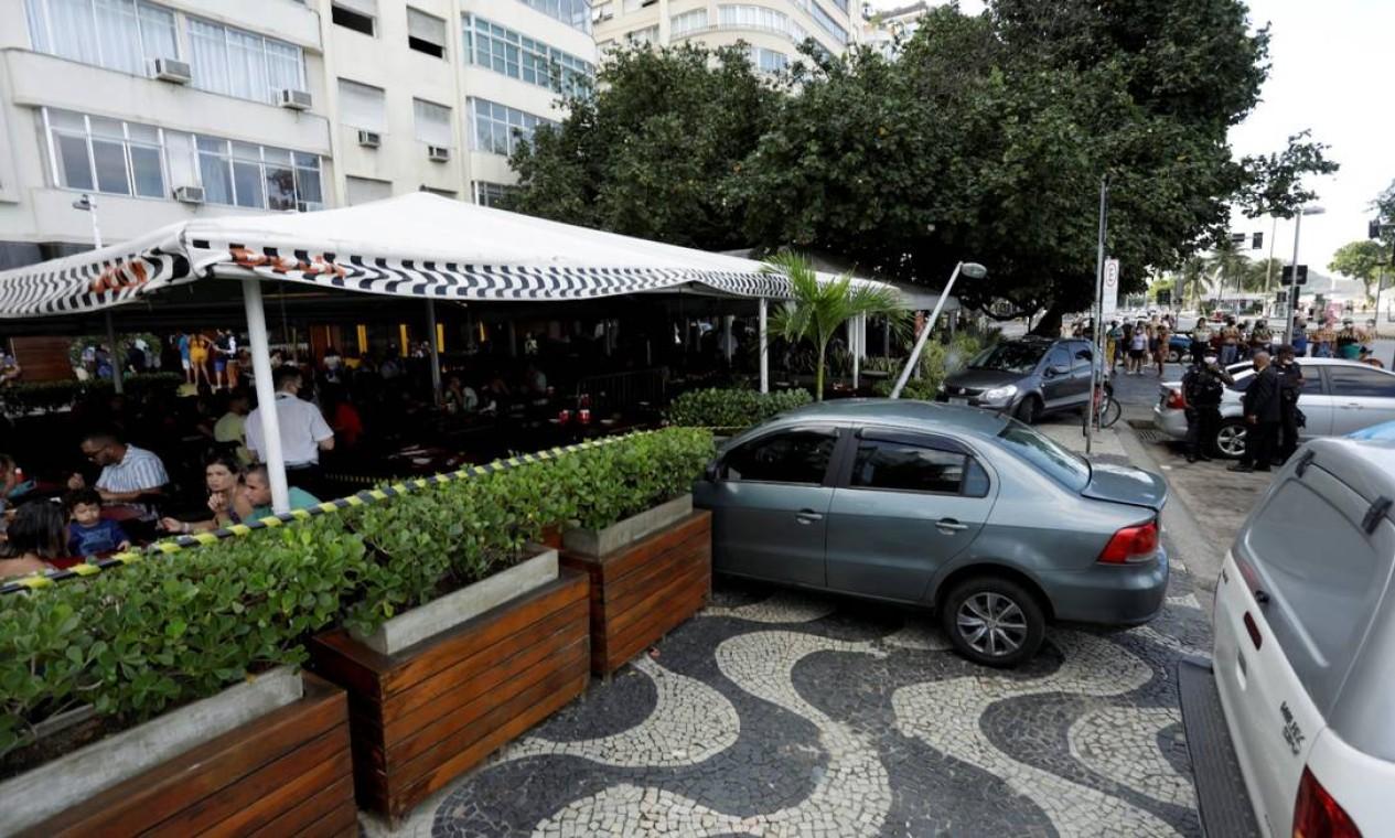 Segundo o Corpo de Bombeiros, o motorista perdeu o controle do veículo e avançou na varanda do restaurante Deck Buffet, na Avenida Atlântica, altura da Rua Siqueira Campos Foto: Gabriel de Paiva / O Globo