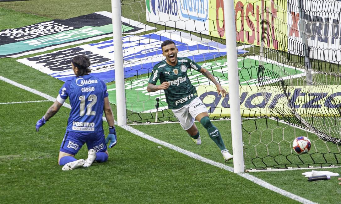 Victor Luis comemora o primeiro gol do Palmeiras na vitória por 2 a 0 sobre o Corinthians, na semifinal do Paulista, neste domingo, em Itaquera Foto: TheNews2 / Agência O Globo