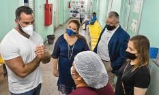 O médico Ricardo Zimerman (de branco), em Manaus, para onde foi enviado em janeiro pelo governo federal Foto: Reprodução