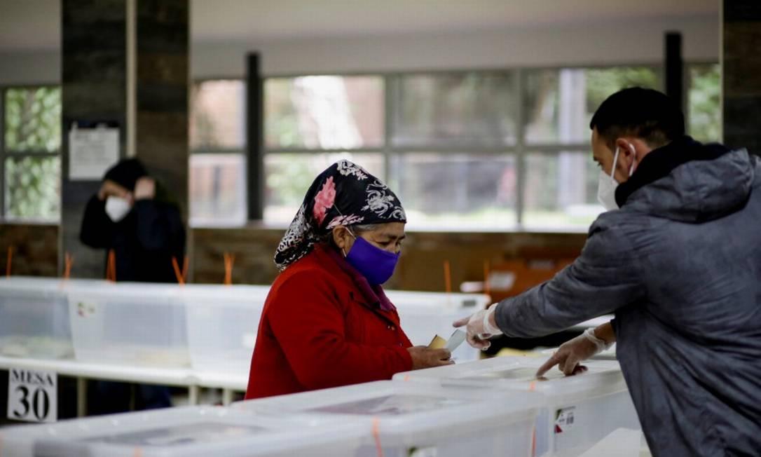 Mulher mapuche se prepara para votar nas eleições chilenas Foto: JUAN GONZALEZ / REUTERS/15-5-21