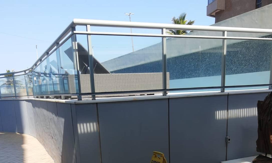 Apartamento tem uma varanda lateral, com vista para a piscina do prédio Foto: Rodrigo Souza