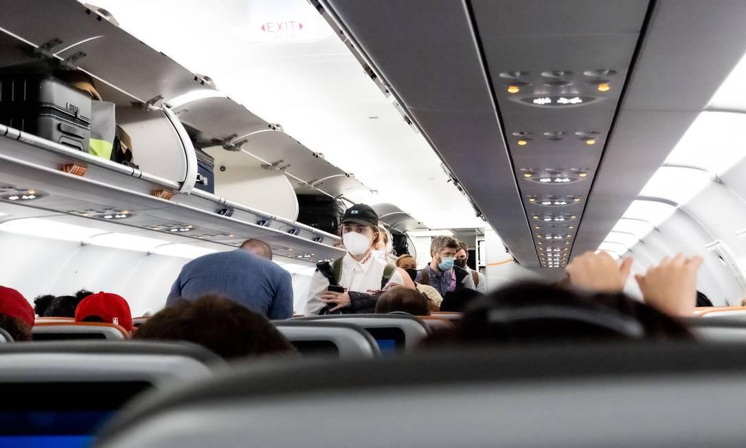 Viajantes em avião no Aeroporto de Orlando, na Flória Foto: ERIN SCHAFF / NYT