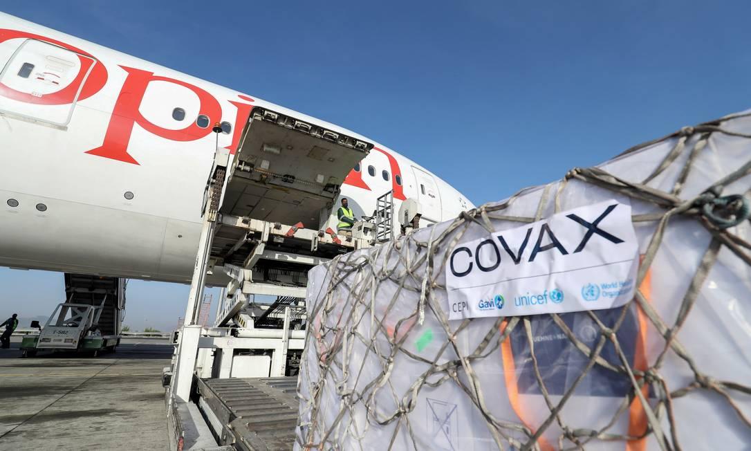 Vacinas da AstraZeneca distribuídas pelo consórcio Covax são desembarcadas de avião em Addis Abeba, na Etiópia, no dia 7 de março Foto: TIKSA NEGERI / REUTERS