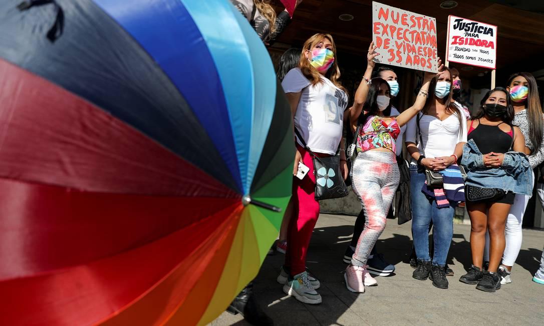 Ativistas fazem ato para marcar o Dia Internacional contra a Homofobia, Transfobia e Bifobia em Santiago, no dia 17 de maio Foto: IVAN ALVARADO / REUTERS