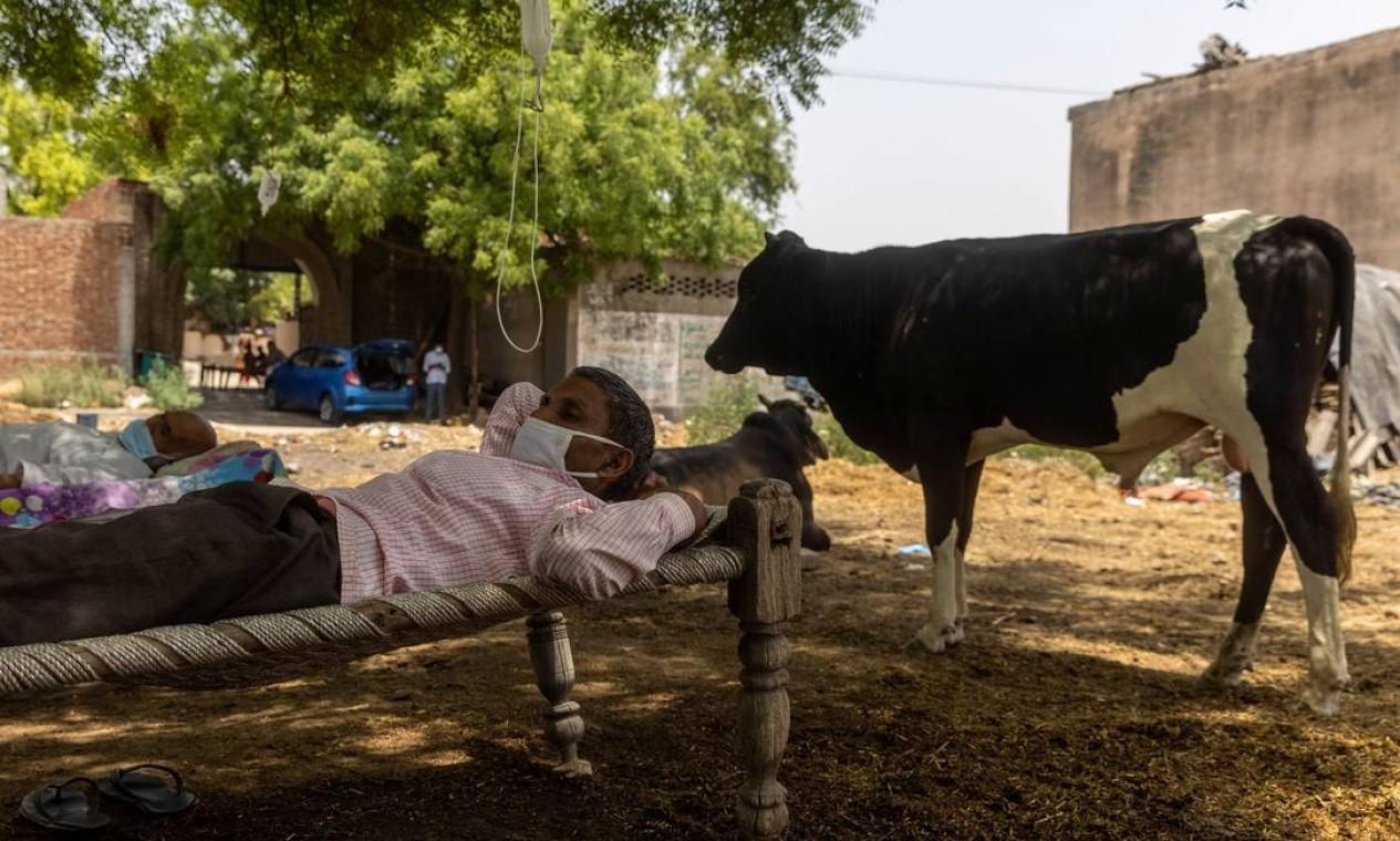 Com dificuldade em respirar, Roshan Lal, de 48 anos, ocupa leito de clínica improvisada ao ar livre na Índia Foto: DANISH SIDDIQUI / REUTERS