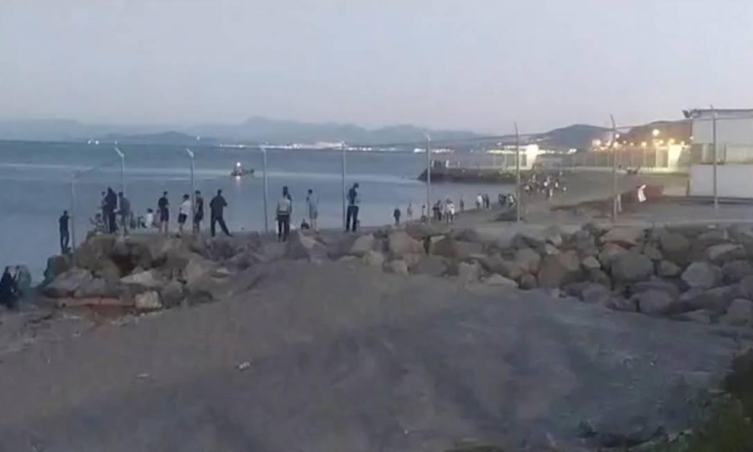 Imigrantes chegam à praia de Tarajal, em Ceuta, depois de atravessar cerca que separa o Marrocos do enclave Foto: CEUTA ACTUALIDAD TV / via REUTERS