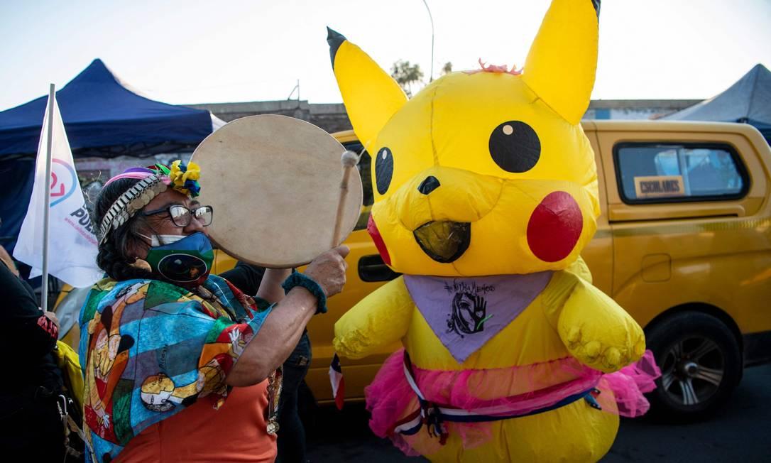 Giovanna Grandón, conhecida como tia Pikachu, uma das constituintes eleitas como independente, que é transportista escolar da periferia de Santiago, em 23 de março de 2021 Foto: Martin Bernetti / AFP