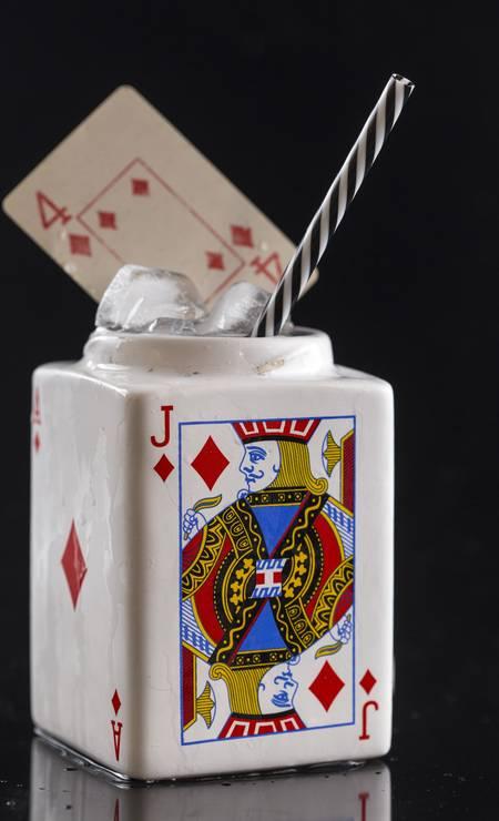 A ginteria Bhar! também oferece drinque servidos de formas descoladas, como o servido no jogo de cartas, Vegas - Whisky, energético, xarope de gengibre e suco de abacaxi (R$30,90) Foto: Divulgação