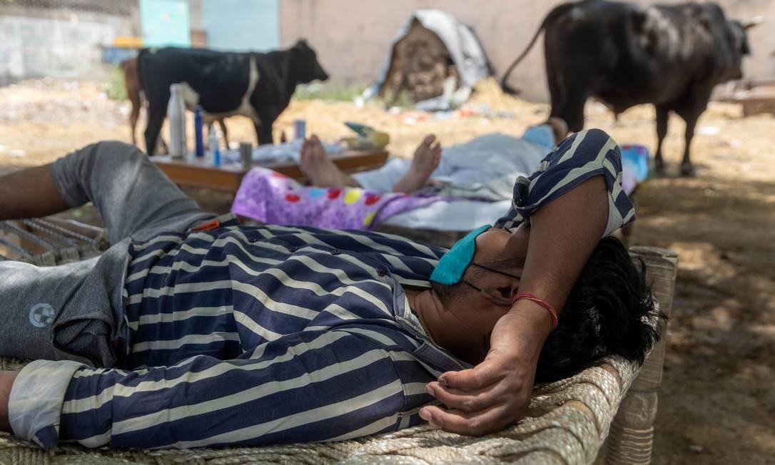 Há um hospital governamental próximo, mas este não tem leitos disponíveis, e os moradores do vilarejo dizem que não conseguem pagar clínicas particulares Foto: DANISH SIDDIQUI / REUTERS