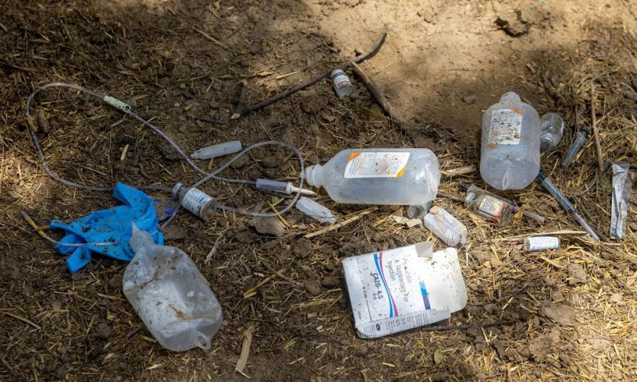 Seringas e embalagens de produtos médicos vazias ficam espalhadas pelo chão Foto: DANISH SIDDIQUI / REUTERS