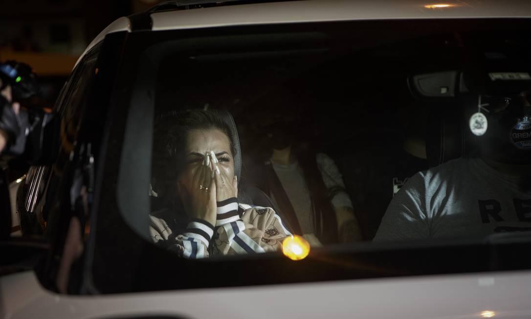 Deolane Bezerra saindo da 16ª DP após prestar depoimento Foto: Alexandre Cassiano / Agência O Globo / 17-05-2021