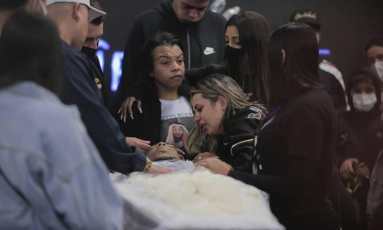 Viúva chora diante do corpo do funkeiro Foto: Edilson Dantas / Agência O Globo