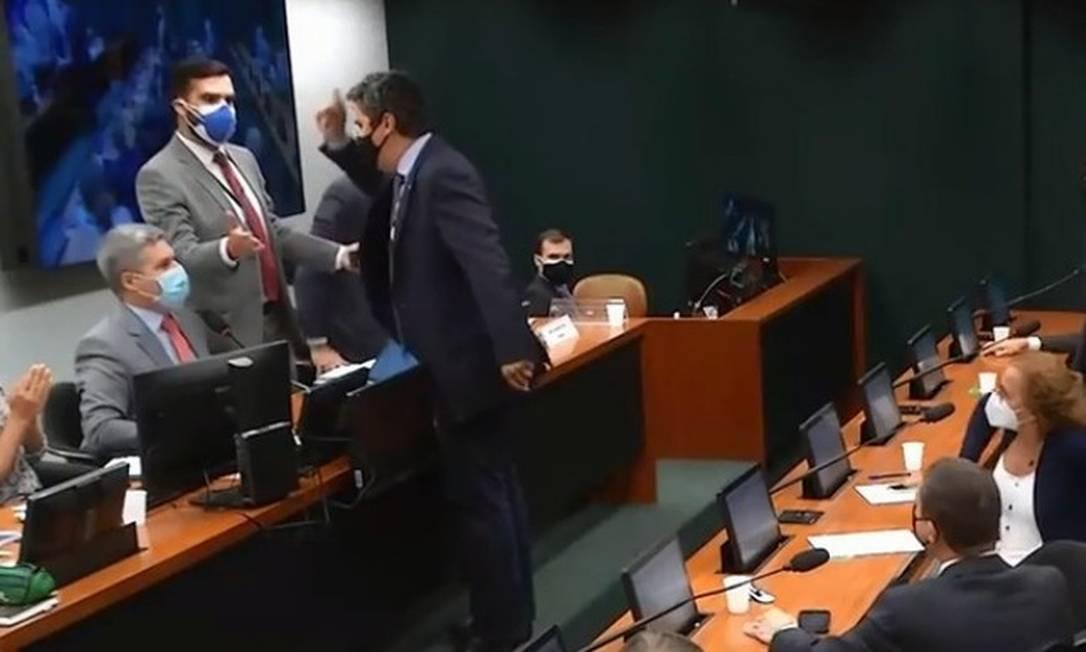 Deputado Diego Garcia (Podemos-PR) agride o colega Paulo Teixeira (PT-SP), que preside a Comissão que discute a a comercialização de medicamentos feitos a partir da planta Cannabis Foto: Reprodução Câmara