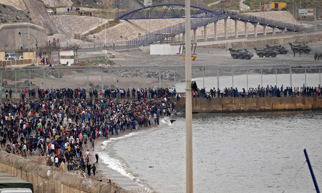 Cinco mil imigrantes em um único dia. Onda migratória vista é sem precedentes, afirmam autoridades Foto: FADEL SENNA / AFP