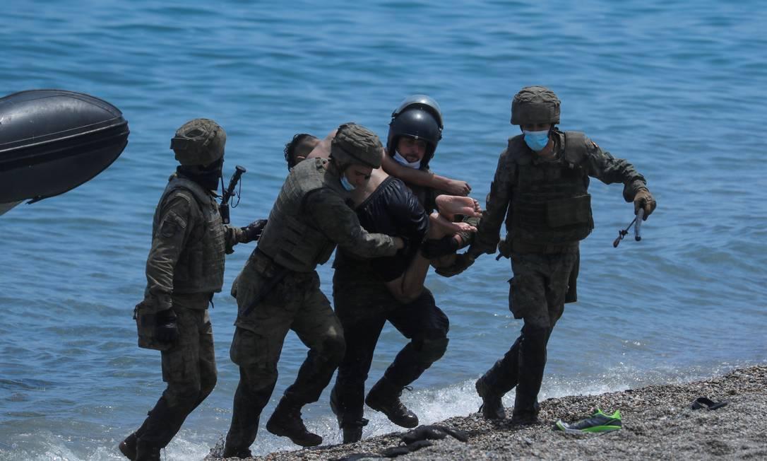 Marroquino é resgatado na praia de El Tarajal, perto da fronteira hispano-marroquina, em Ceuta Foto: JON NAZCA / REUTERS