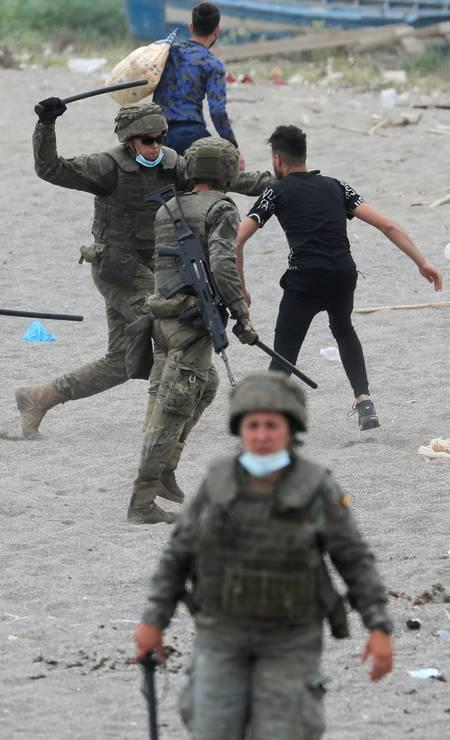 Militar espanhol ataca cidadão marroquino com porrete na praia de El Tarajal Foto: JON NAZCA / REUTERS