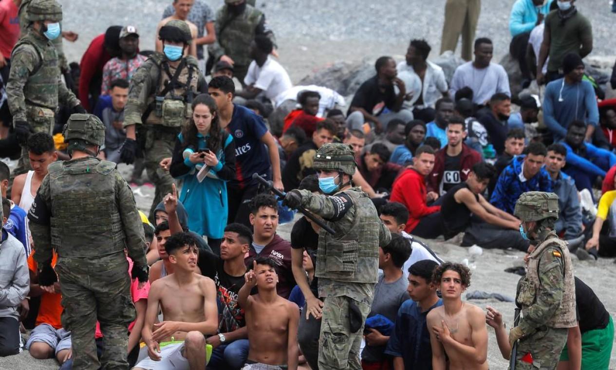 Militares espanhóis reagrupam os menores na praia de El Tarajal Foto: JON NAZCA / REUTERS