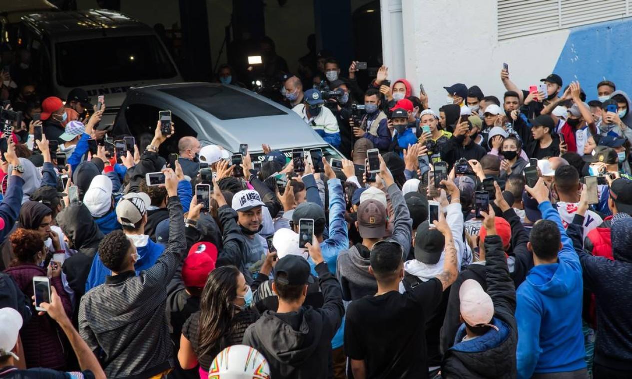 Multidão se aglomera para se despedir de MC Kevin Foto: Edilson Dantas / Agência O Globo