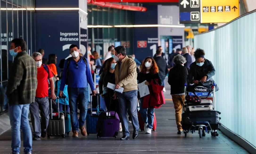 Passageiros desembarcam no Aeroporto Fiumicino, em Roma, após o país levantar as restrições para viajantes de dentro da UE Foto: REMO CASILLI / REUTERS / 17-5-21