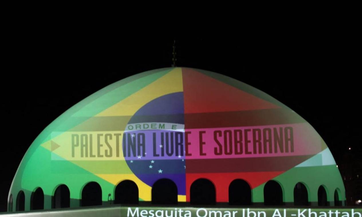 A Mesquita Omar Ibn Al-Khattab, em Foz do Iguaçu, Paraná, é vista iluminada com as bandeiras do Brasil e da Palestina, conclamando o fim da escalada de violência Foto: CHRISTIAN RIZZI / AFP - 14/05/2021