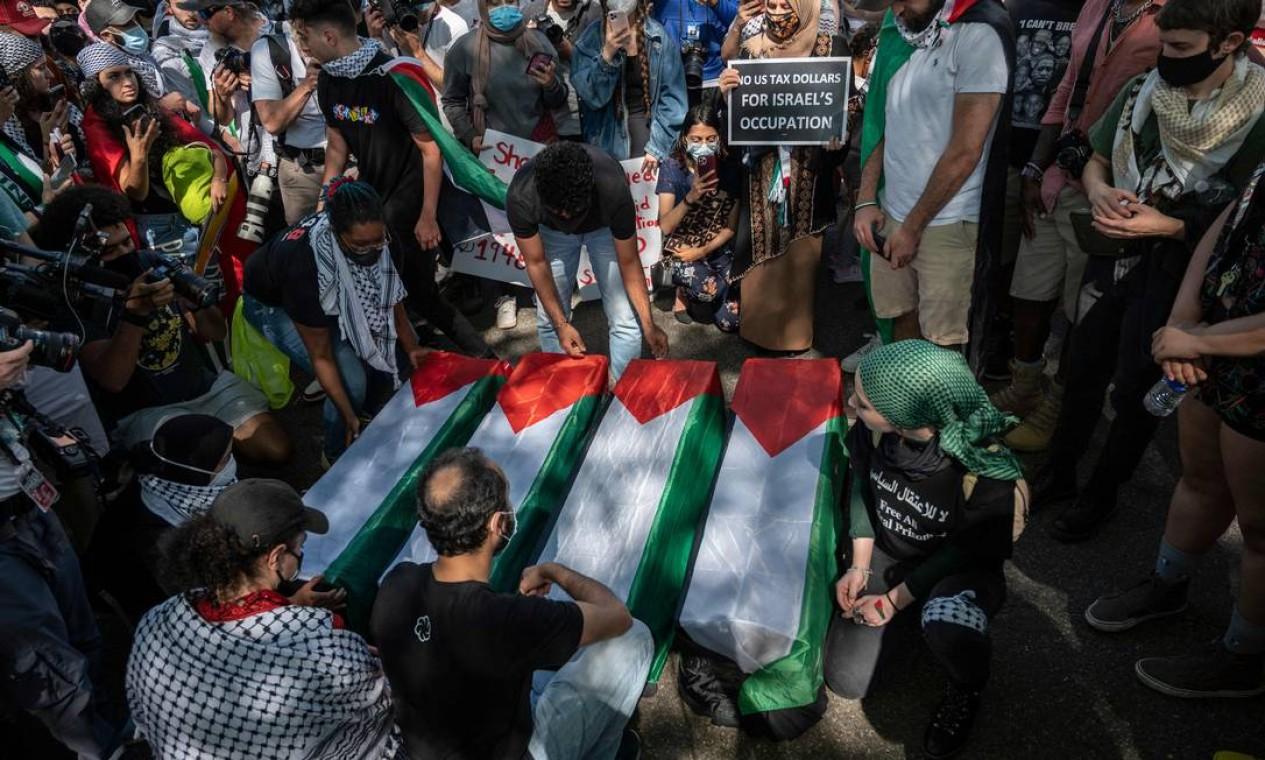 Apoiadores da Palestina protestam com caixões em frente à Embaixada de Israel em Washington, EUA Foto: ANDREW CABALLERO-REYNOLDS / AFP - 18/05/2021