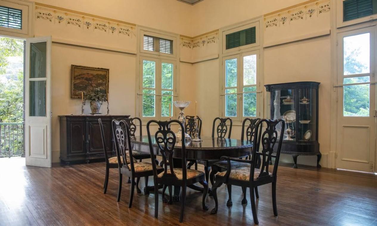 Sala de jantar com mobília que pertenceu ao prefeito Pereira Passos. Foto: Ana Branco / Agência O Globo