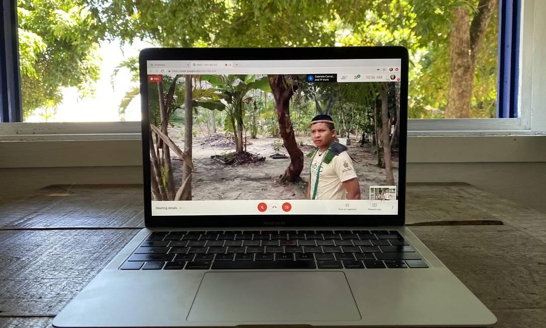 O professor Joarilson Garrido, anfitrião do passeio vitual Conexão Baré, na comunidade indígena Nova Esperança, em Manaus Foto: Ana Taranto / Braziliando / Dvulgação