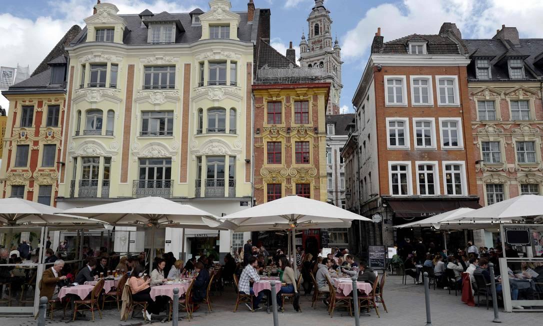 Turistas y residentes disfrutan fuera de Lille, Francia, después de que el gobierno levantara parte de la represión contra el Gobierno-19