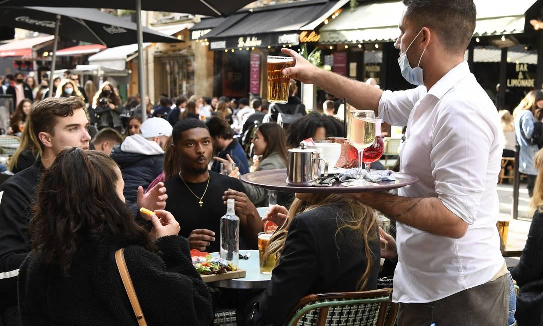 Después de que el gobierno eliminó parte de las medidas de control contra Covit-19, los turistas y residentes se divirtieron fuera de París, Francia.