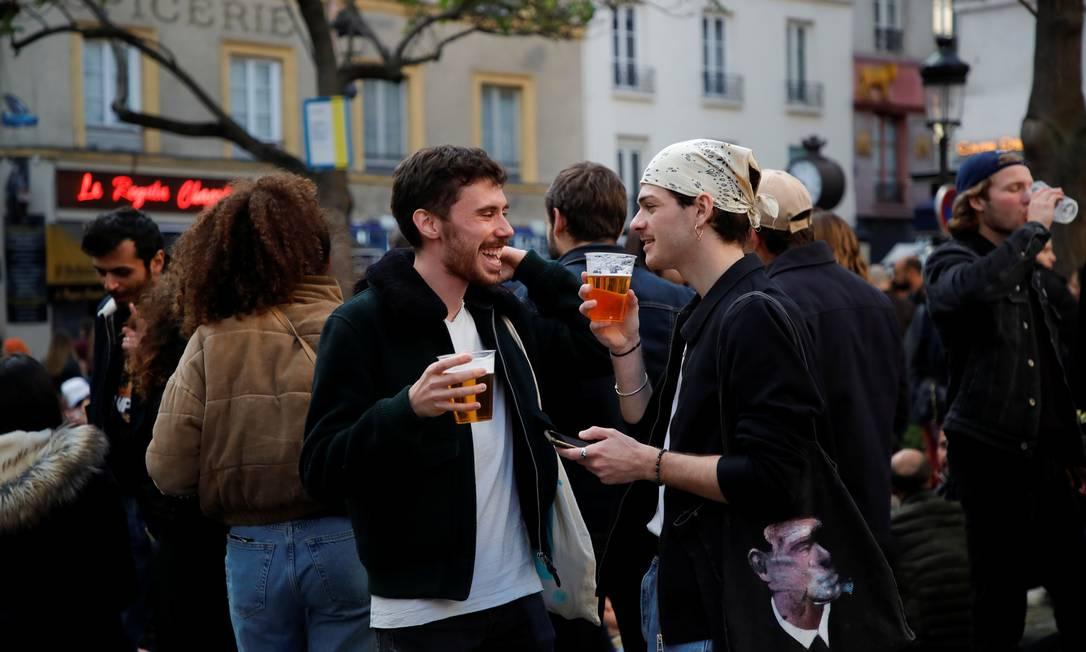 Después de que el gobierno eliminó parte de las medidas de control contra Covit-19, los turistas y residentes se divirtieron fuera de París.