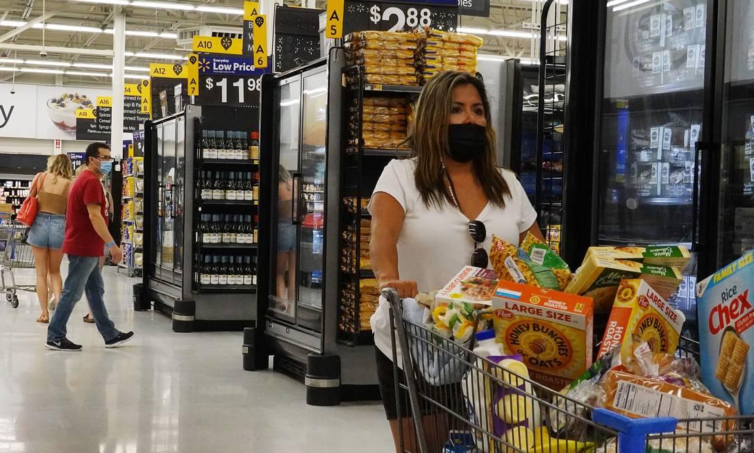 Americanos fazem compras em supermercado usando máscaras Foto: JOE RAEDLE / AFP
