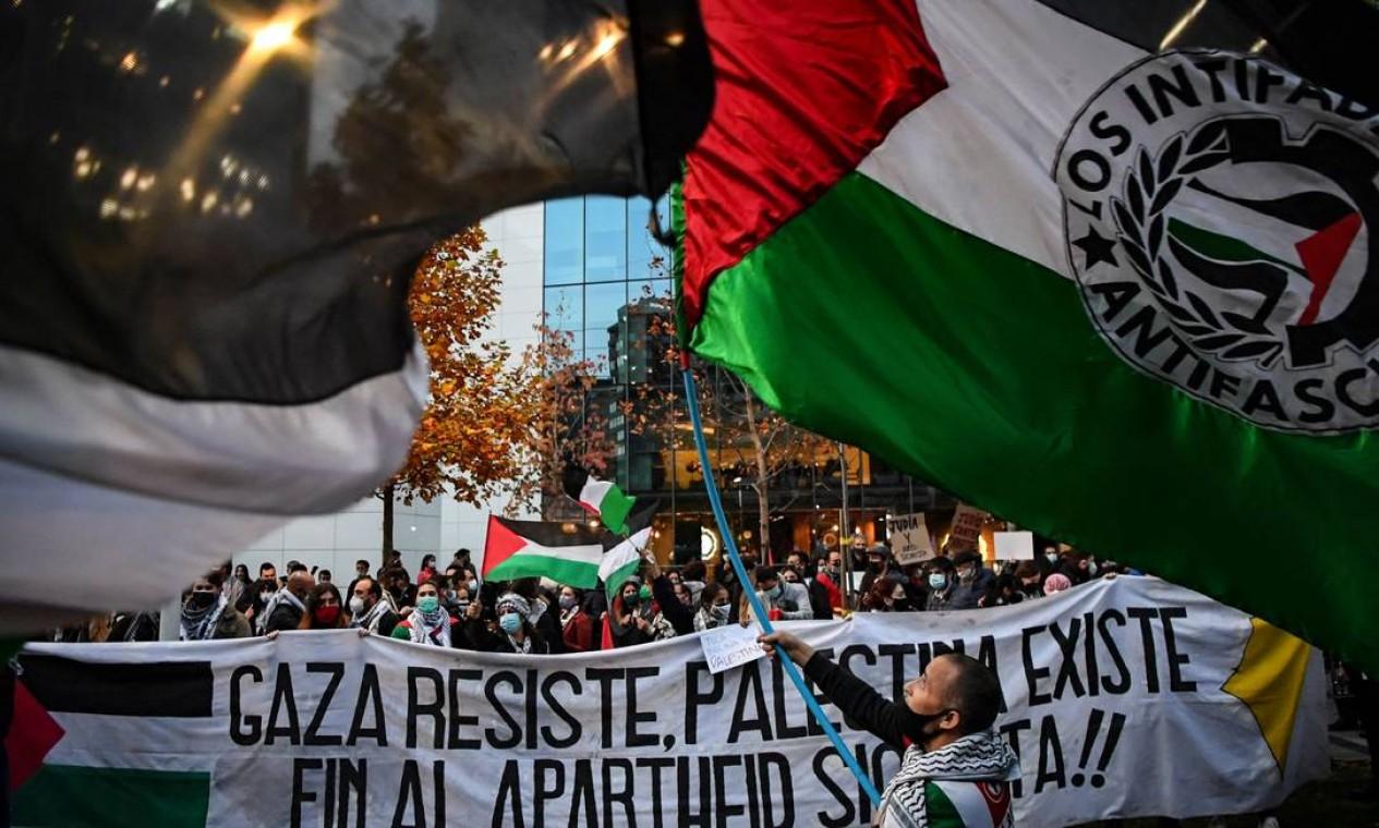 Membros da comunidade palestina no Chile protestoam em frente à Embaixada de Israel contra as operações militares de Israel em Gaza e em apoio ao povo palestino, em Santiago. Chile é o quarto maior destino das comunidades palestinas e o primeiro fora do Oriente Médio Foto: MARTIN BERNETTI / AFP - 19/05/2021