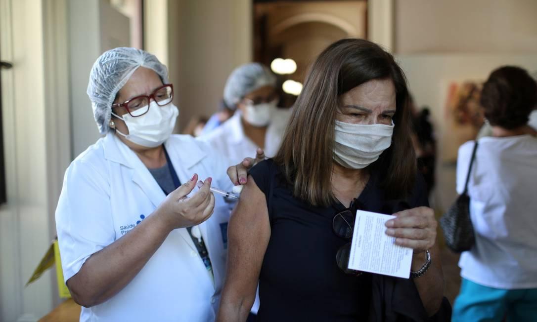 Vacina da Oxford-AstraZeneca já vem sendo aplicada no Brasil Foto: PILAR OLIVARES / REUTERS