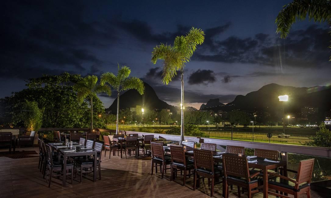 Varanda do restaurante Páreo, que funciona dentro do Jockey Club Foto: Ana Branco / Divulgação