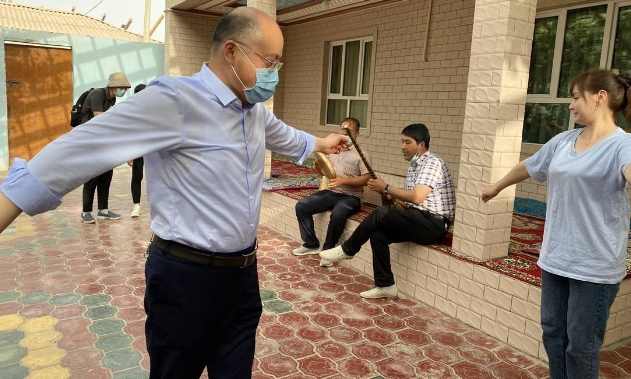 Chefe do Partido Comunista em Hotan, Li Guoliang, dança ao som de música folclórica uigur Foto: Marcelo Ninio / Agência O Globo