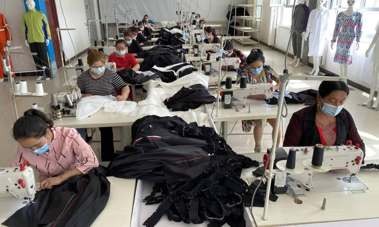 Fábrica de roupas em Kashgar, onde em visita guiada operárias negam rumores de trabalho forçado; região cresceu mais do que o resto da China em 2020 Foto: Marcelo Ninio / Agência O Globo