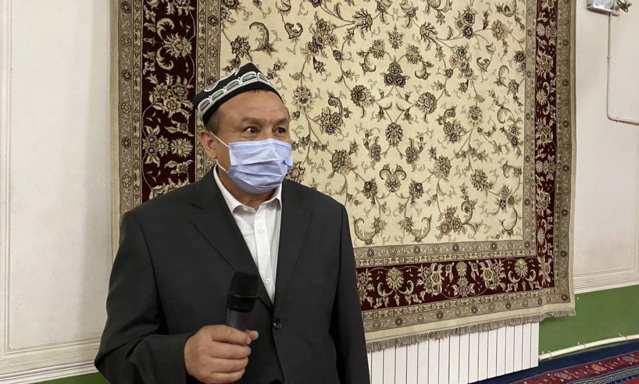 Imã da mesquita de Id Kah, em Kashgar, mostra tapete com imagens da romã, símbolo da unidade entre as etnias Foto: Marcelo Ninio / Agência O Globo
